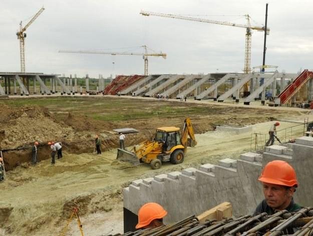 Praca na stadionie we Lwowie idzie pełną parą /AFP