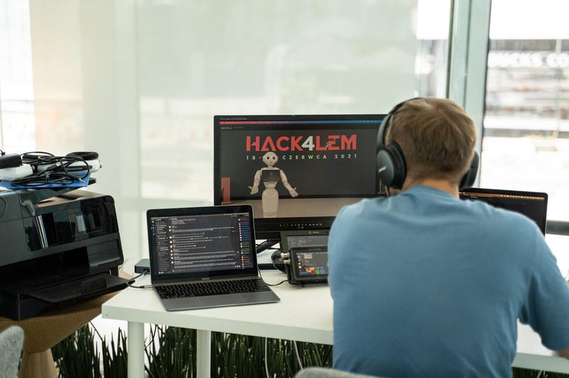 Praca nad jednym z projektów podczas hackatonu /materiały prasowe