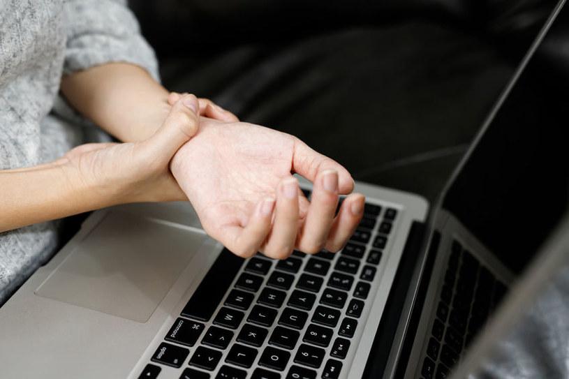 Praca przy komputerze /©123RF/PICSEL