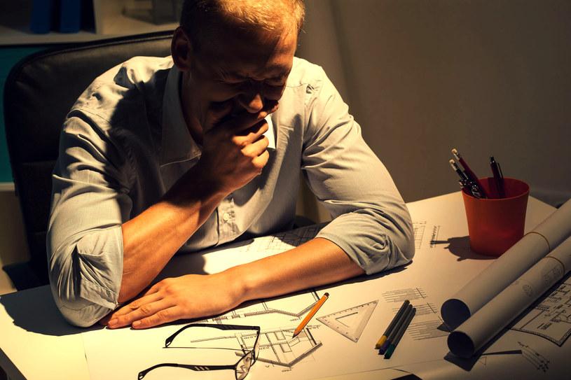 Praca w nocy może przyczynić się do zwiększenia twojej wagi /123RF/PICSEL