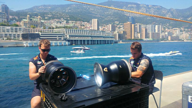 Praca w takich warunkach to czysta przyjemność. Mechanicy Red Bulla w akcji. W tle Monte Carlo /INTERIA.PL