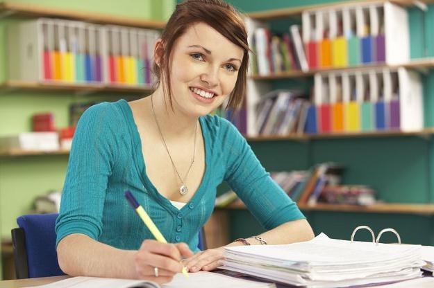 Praca wakacyjna to czasami konieczność - pomaga utrzymać się w trakcie kolejnego roku akademickiego /©123RF/PICSEL