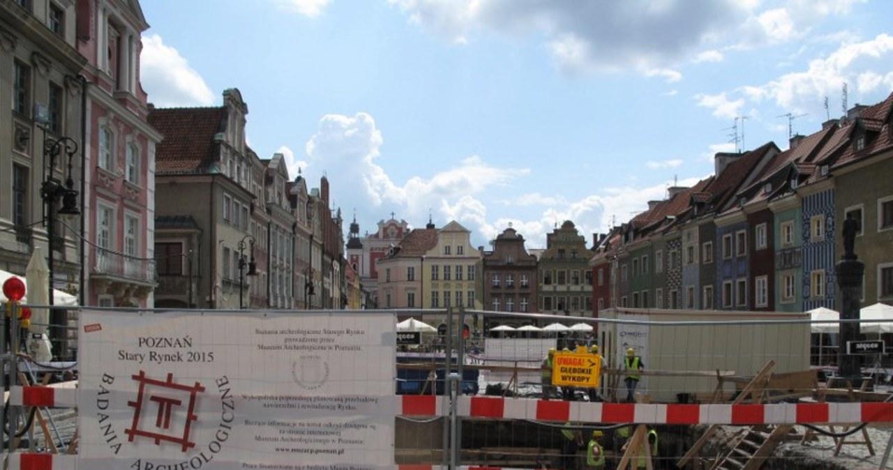 Prace archeologów na Starym Rynku w Poznaniu