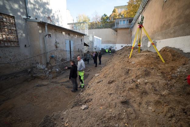 Prace na terenie dawnego więzienia przy ulicy Rakowieckiej 37 w Warszawie /IPN