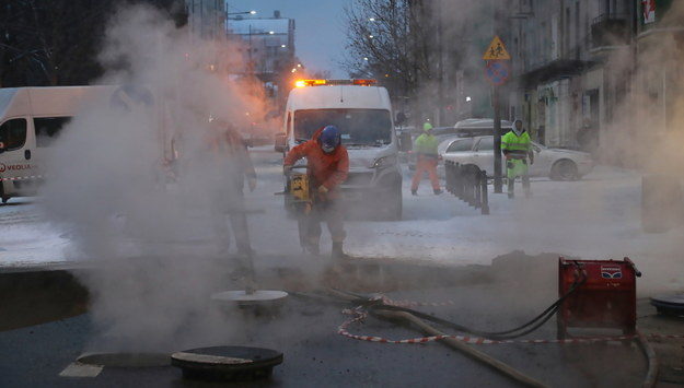 Prace na ulicy Jagiellońskiej po awarii rury sieci ciepłowniczej w Warszawie /Wojciech Olkuśnik /PAP