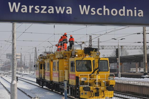 Prace naprawcze przy uszkodzonej trakcji na dworcu Warszawa Wschodnia /Paweł Supernak /PAP