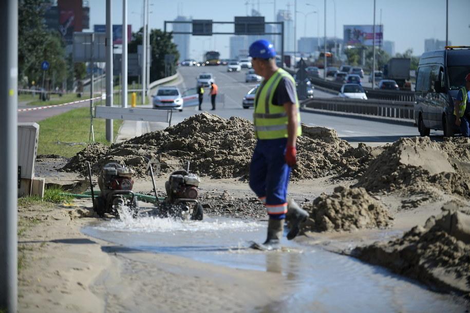 Prace przy usuwaniu awarii wodociągowej / Marcin Obara  /PAP