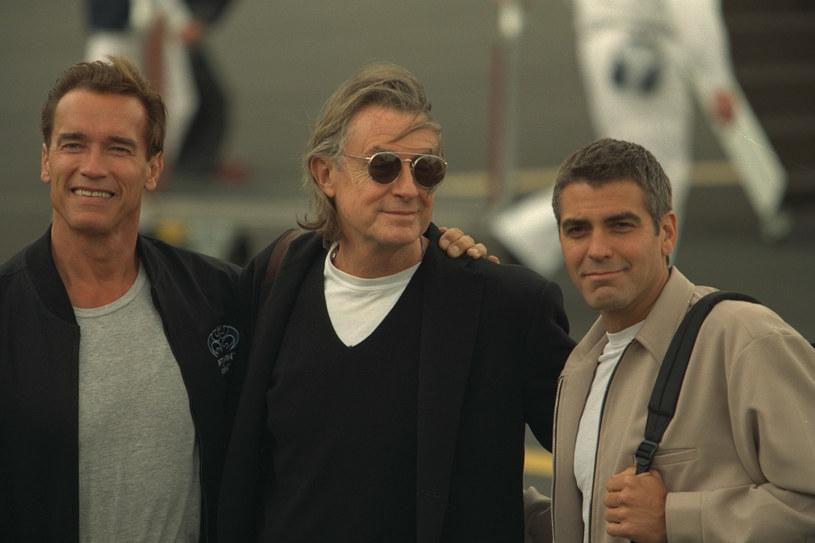 Pracował z największymi gwiazdami Hollywood. Joel Schumacher (C) z Arnoldem Schwarzeneggerem (L) i Goerge'em Clooneyem (P) /THIERRY ORBAN/Sygma /Getty Images