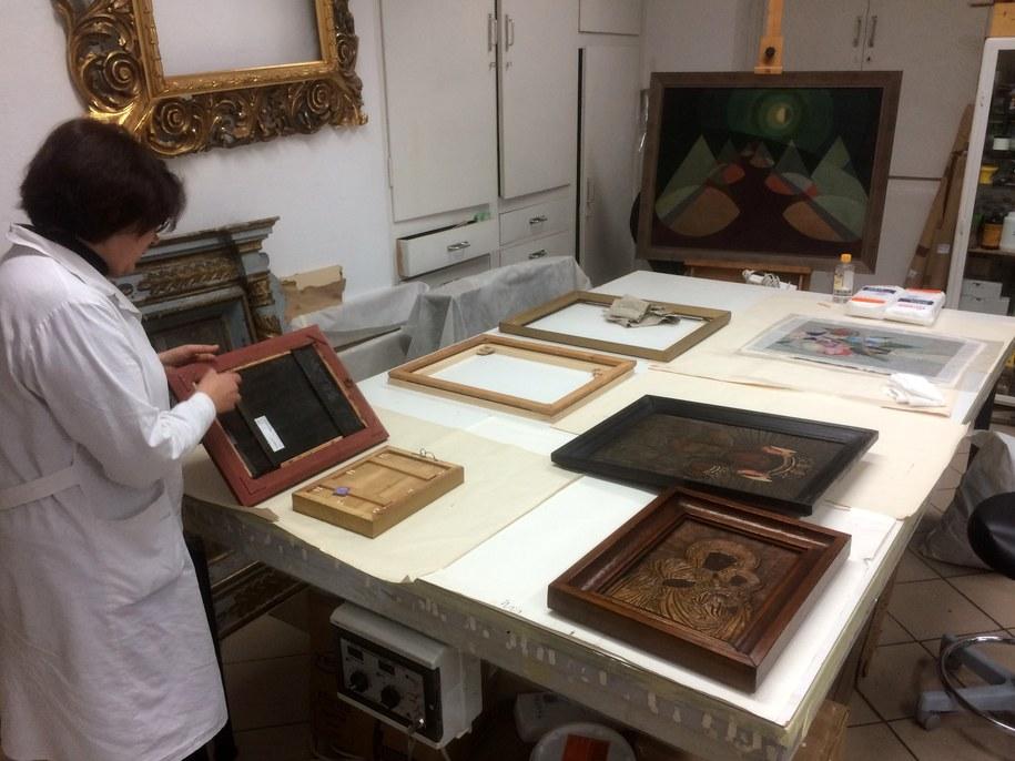 Pracownia renowacji w Muzeum Lubelskim na Zamku. Specjalny stół, który pozwala zapewnić eksponatom jak najlepsze warunki /Krzysztof Kot (RMF FM) /RMF FM