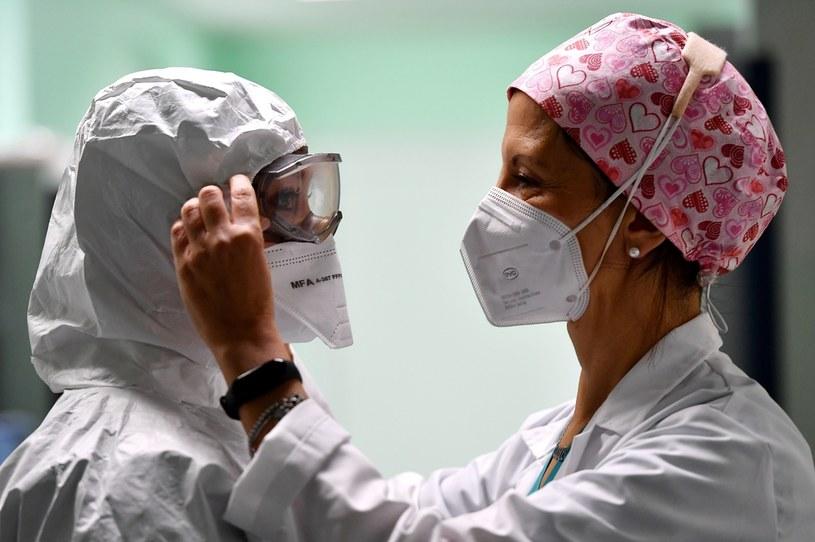Pracownice włoskiej służby zdrowia /TIZIANA FABI/AFP /AFP