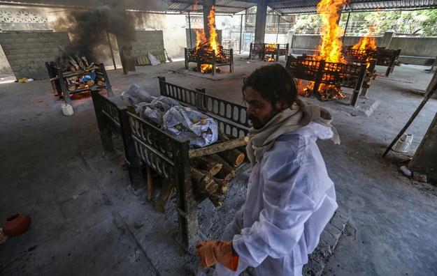 Pracownicy komunalni palą ciała ofiar Covid-19 na przedmieściach Bombaju /DIVYAKANT SOLANKI /PAP/EPA