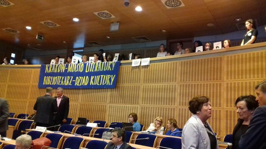 Pracownicy krakowskich muzeów i bibliotek protestowali dziś na sesji sejmiku Województwa Małopolskiego /Przemysław Błaszczyk /RMF MAXXX