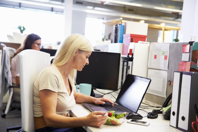 Pracownicy, którzy regularnie jedzą zdrowe posiłki, osiągają aż o 25 proc. większą wydajność w pracy /123RF/PICSEL