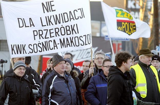 Pracownicy KWK Sośnica Makoszowy zablokowali drogę prowadzącą do autostrady A4 w Gliwicach /PAP