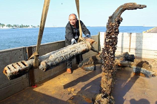 Pracownicy Muzeum Marynarki Wojennej wyładowują ze statku kotwicę oraz niemieckie działo /Piotr Wittman /PAP