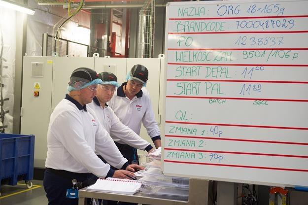 Pracownicy nowo otwartej fabryki chipsów Pringles w Kutnie /PAP