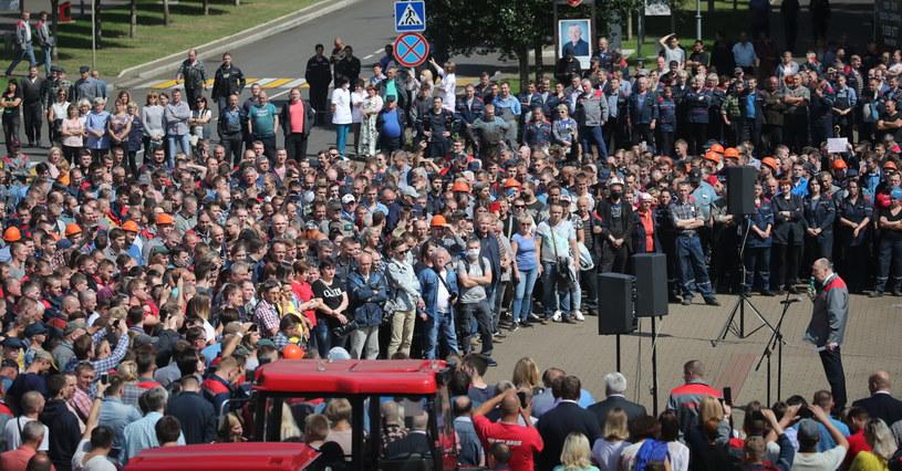 Pracownicy państwowej fabryki traktorów protestują przeciwko sfałszowaniu wyborów prezydenckich. /TATYANA ZENKOVICH  /PAP