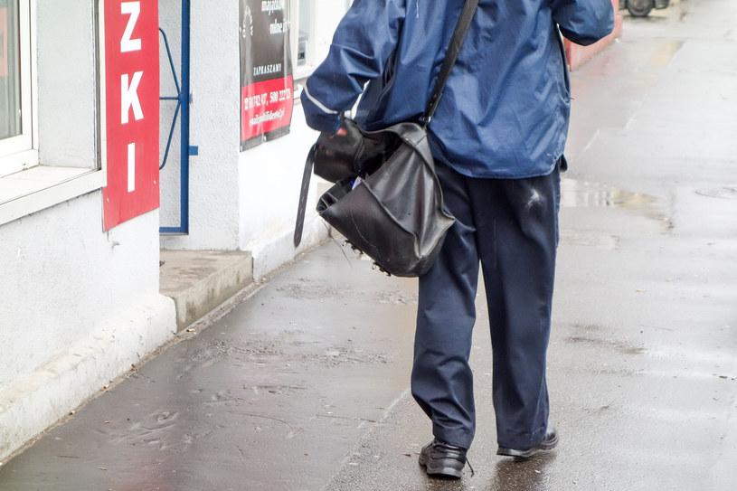 Pracownicy Poczty Polskiej pracują, ale obawiają się o swoje zdrowie /Piotr Kamionka /Reporter