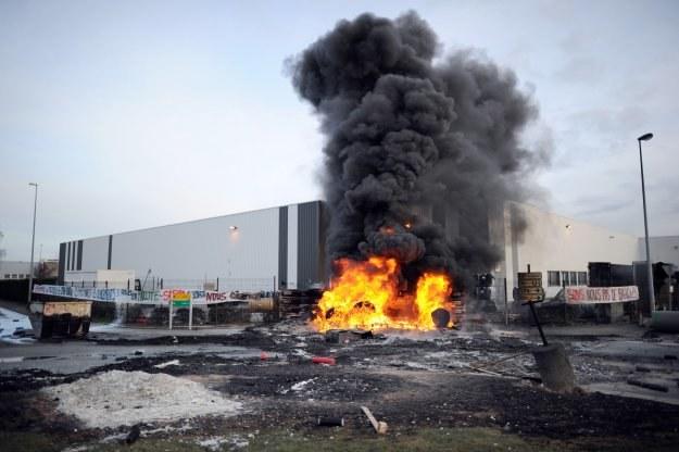 Pracownicy podpalili w pobliżu zakładu stos wykładzin i tworzyw sztucznych /AFP