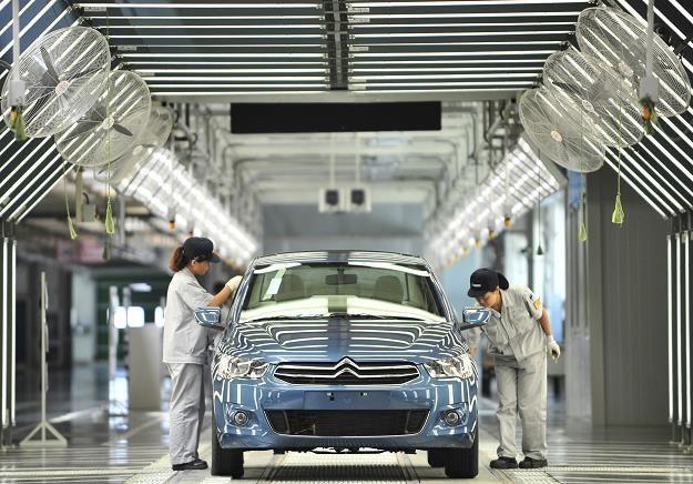 Pracownicy pracujący na linii produkcyjnej w nowym zakładzie Dongfeng Peugeot-Citro /AFP