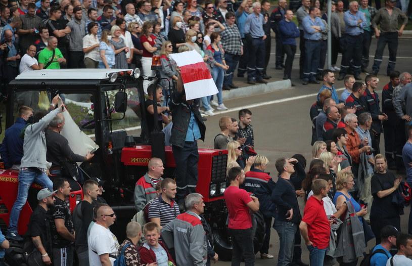 Pracownicy rządowych zakładów strajkują przeciwko sfałszowaniu wyborów prezydenckich. /TATYANA ZENKOVICH  /PAP