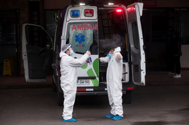 Pracownicy służby zdrowia w walce z koronawirusem. Zdjęcie ilustracyjne /Alberto Valdes /PAP/EPA