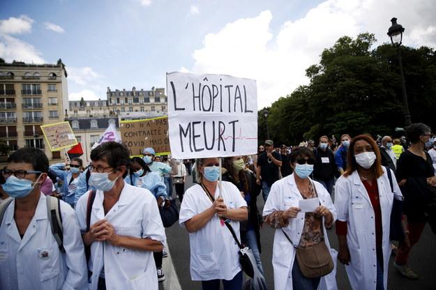 Pracownicy służby zdrowia zorganizowali we wtorek protesty w kilku francuskich miastach /YOAN VALAT  /PAP/EPA