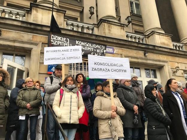 Pracownicy szpitala Dzieciątka Jezus w Warszawie protestują przeciwko połączeniu placówki z Centralnym Szpitalem Klinicznym przy Banacha i Szpitalem Pediatrycznym /Mariusz PIekarski /RMF FM