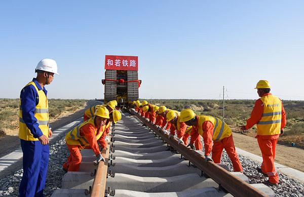 Pracownicy tuż przed oddaniem gotowej linii kolejowej /materiały prasowe