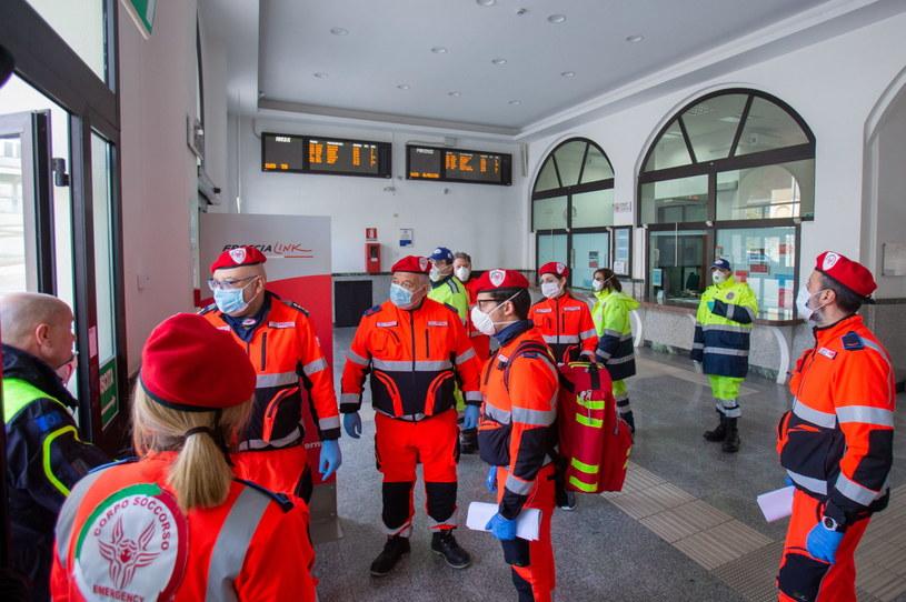 Pracownicy włoskiego pogotowia ratunkowego w odzieży ochronnej /ANTONIO VECE /PAP/EPA