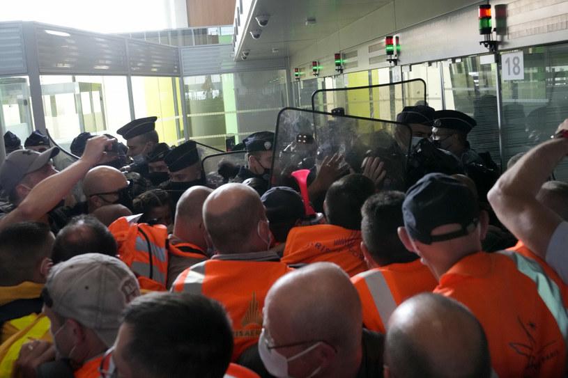 Pracownicy zablokowali terminal na paryskim lotnisku i starli się z policją /East News
