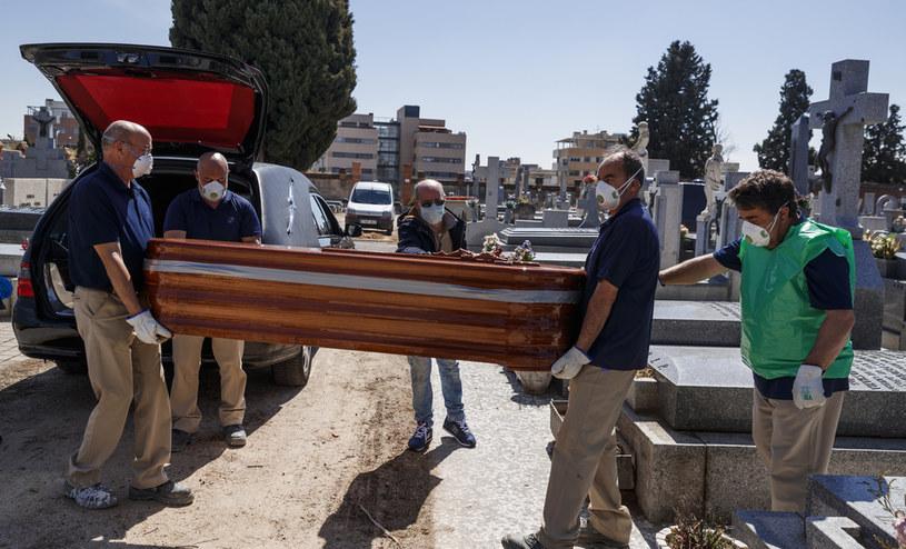 Pracownicy zakładu pogrzebowego w Madrycie /BALDESCA SAMPER / AFP /AFP