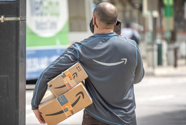 Pracownik Amazona podczas dostarczania paczek na Florydzie w USA /CRISTOBAL HERRERA-ULASHKEVICH /PAP/EPA