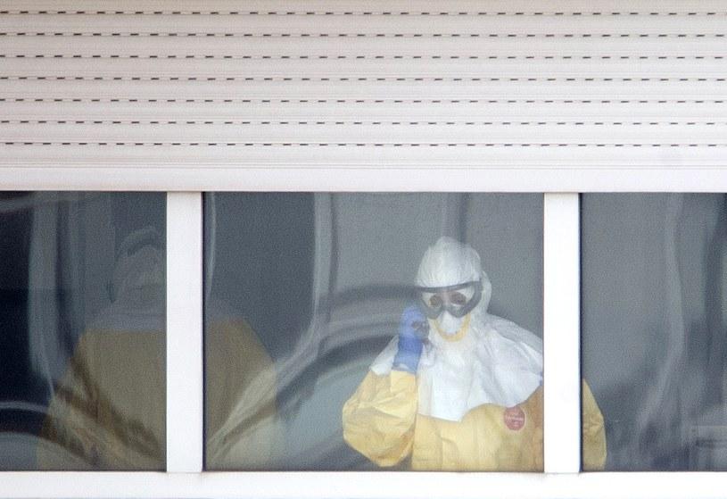 Pracownik medyczny w jednej z sal madryckiego szpitala, gdzie przebywa Teresa Romero i osoby, z którymi miała kontakt. /AFP