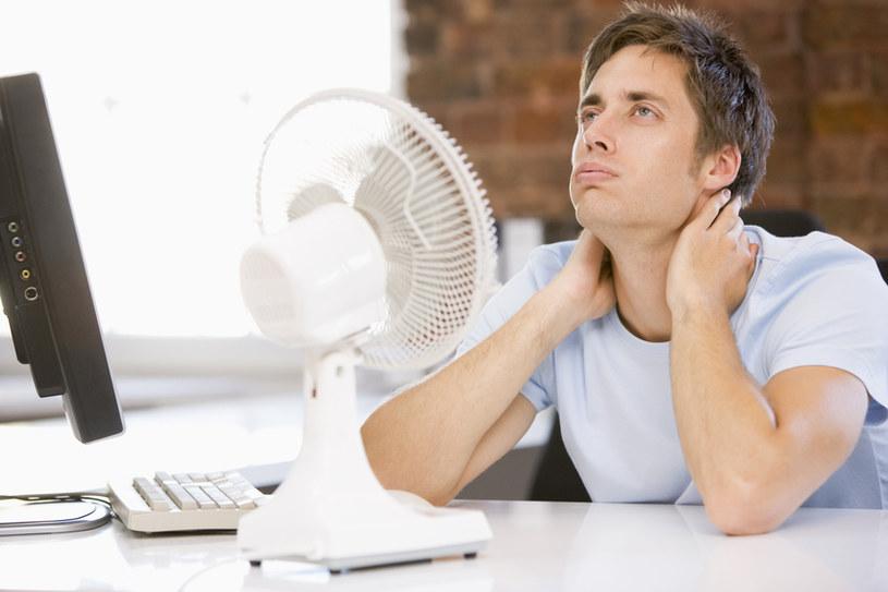 Pracownik może odmówić wykonywania swoich obowiązków, jeżeli zbyt wysoka temperatura powoduje jego złe samopoczucie /© Glowimages