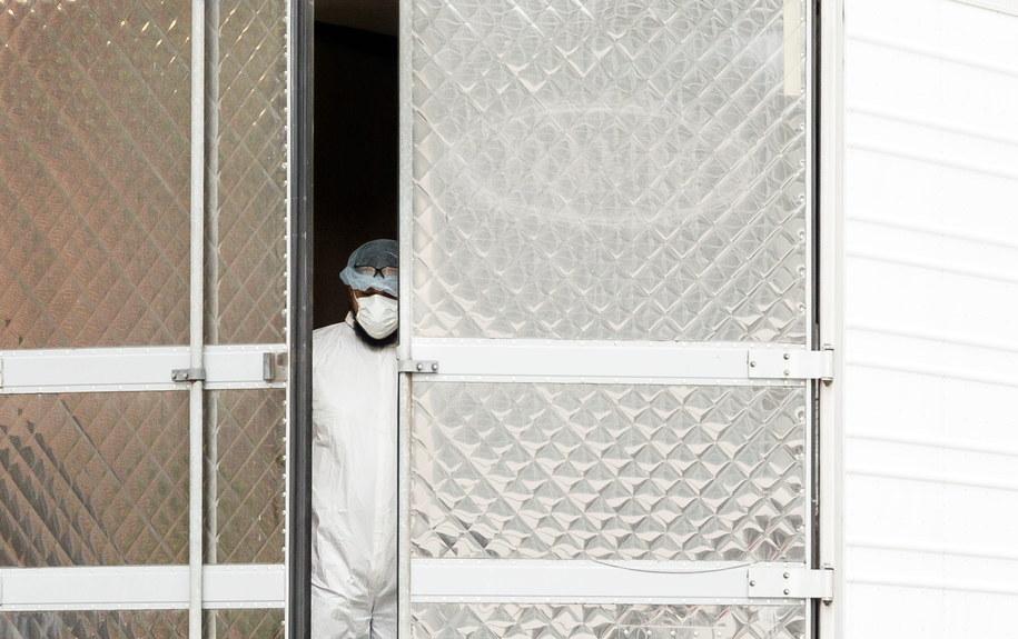 Pracownik nowojorskiego szpitala stojący przed tymczasową kostnicą /JUSTIN LANE /PAP/EPA