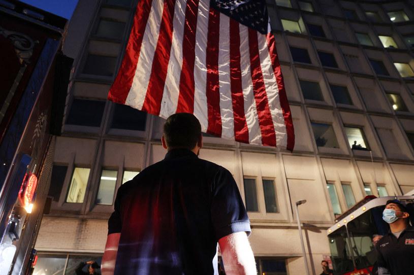 Pracownik służby medycznej przed szpitalem w Nowym Jorku /SPENCER PLATT / GETTY IMAGES NORTH AMERICA / GETTY IMAGES VIA AFP /AFP