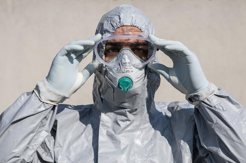 Pracownik służby medycznej w kombinezonie ochronnym / Emanuele Cremaschi /Getty Images