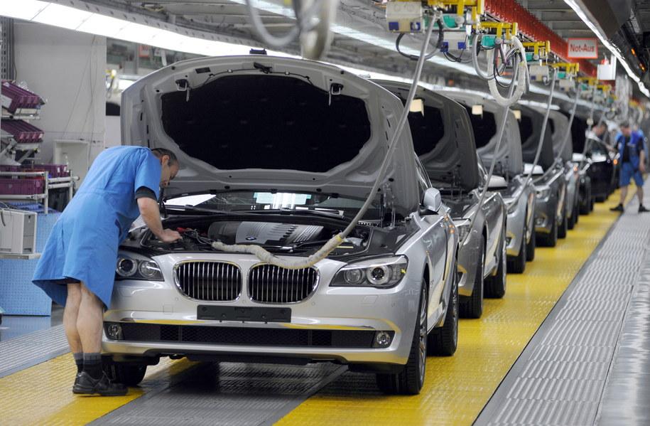 Pracownik w fabryce samochodów /PAP/picture-alliance/ dpa /PAP/EPA