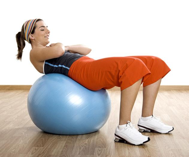 Pracuj jak najmocniej mięśniami brzucha aby nie obciążać szyi i karku  /© Panthermedia