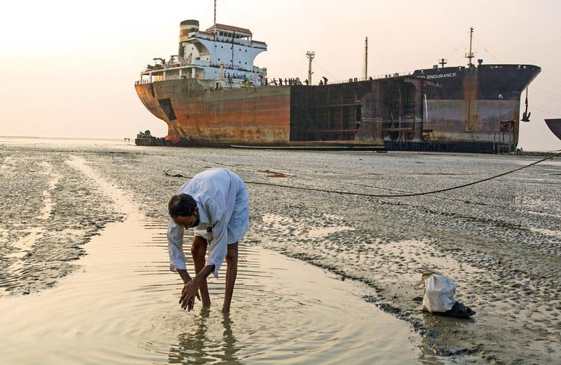Pracują w znoju, upale, wśród toksycznych oparów, wiedząc, że w każdej chwili jakaś część statku może oderwać się i okaleczyć na całe życie. Wszystko to za około 10 złotych dziennie /ANDREW HOLBROOKE/ Contributor /Getty Images