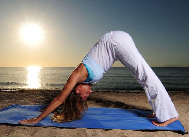 Praktyka jogi w połączeniu ze zdrową dietą przynosi spektakularne efekty /123RF/PICSEL
