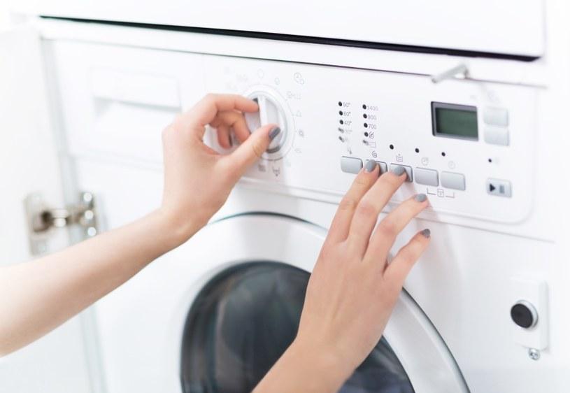 Pralkę trzeba czyścić regularnie /©123RF/PICSEL