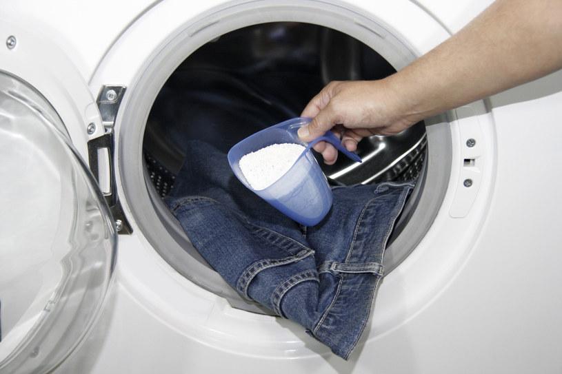 pranie jeansów w pralce /© Photogenica