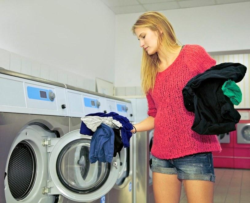pranie w pralce /© Photogenica