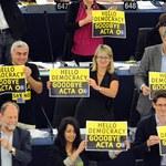 Prasa krytycznie o odrzuceniu ACTA przez PE