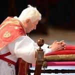 Prasa: Raport kardynałów nakłonił papieża do ustąpienia