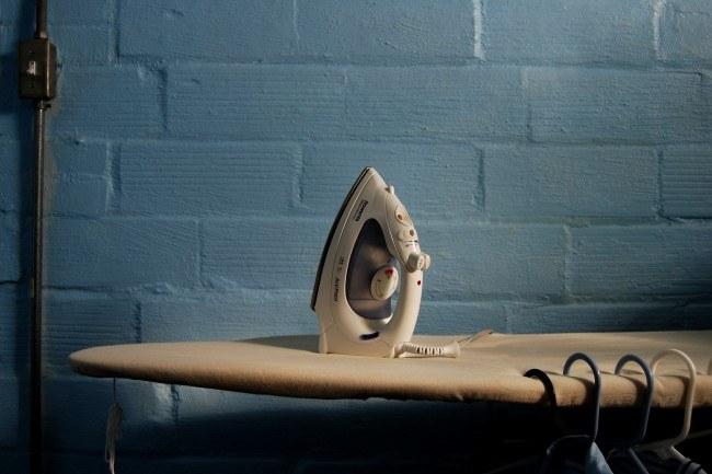 prasowanie ubrań /© Photogenica
