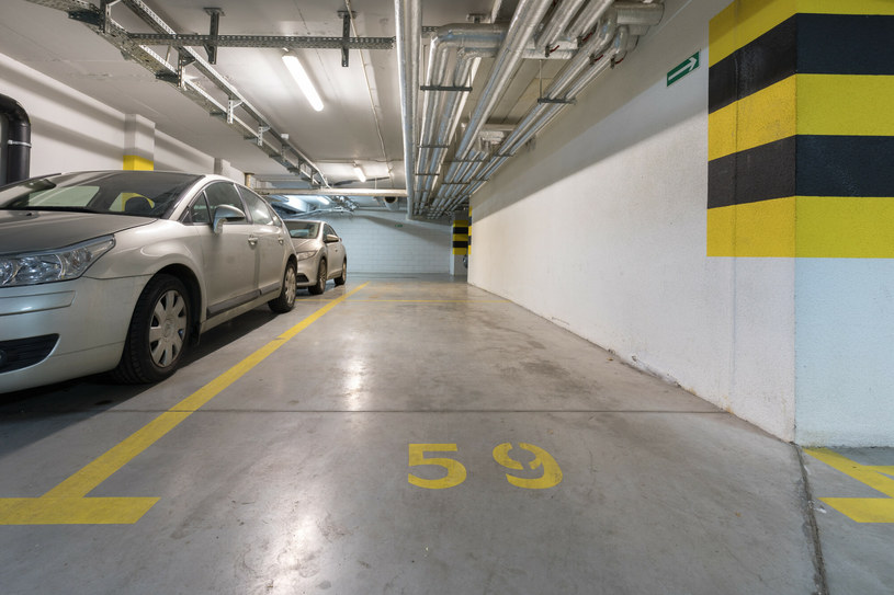 Prawdą jest, że miejsca parkingowe są ciasne, ale córka jako czujnik parkowania...? /Arkadiusz Ziółek /East News