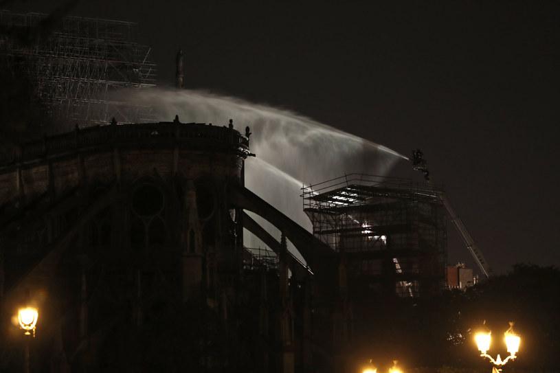 Prawdopodobne zaprószenie ognia nastąpiło na rusztowaniach /Zakaria ABDELKAFI /AFP